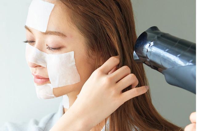 肌のうるおいを逃がしていたのはドライヤー!? モデル・野崎萌香さんが実践する「お風呂上りの肌ケア」