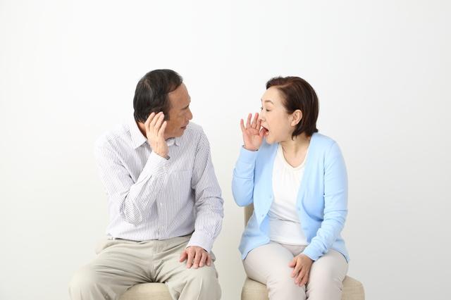 聞こえていないのに補聴器拒否!老化を認めない親への対処法