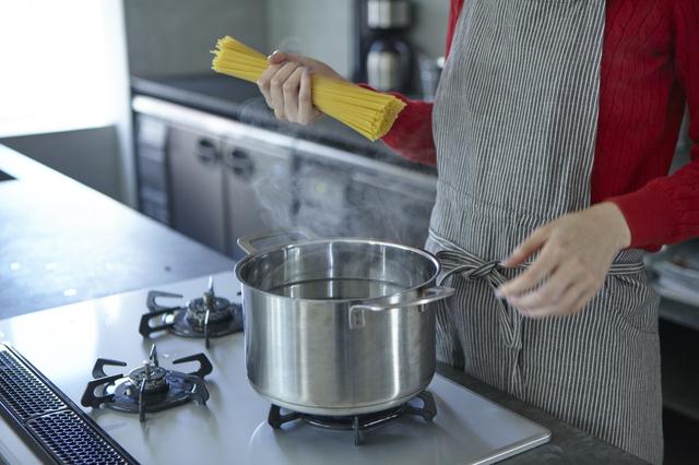 どのキッチンにもある道具を鍋の上に置くだけ!? 面倒な吹きこぼれを防ぐ驚きの裏ワザ