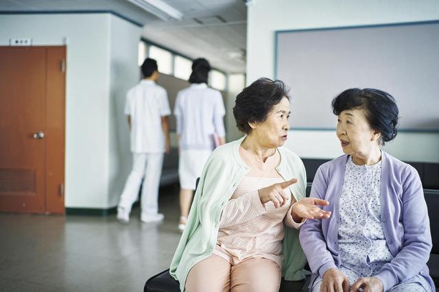 その通院、本当に必要?病院の待合室にたむろする高齢者に対する世間の声