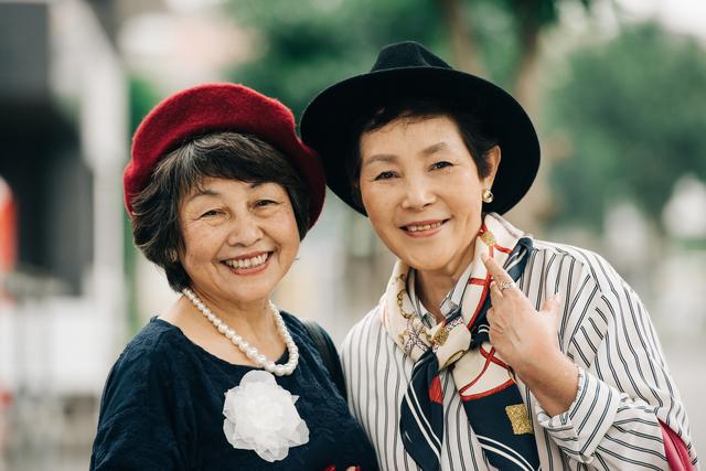 60代後半の知人がピンクコーデ... 若作りファッションをどう思う?