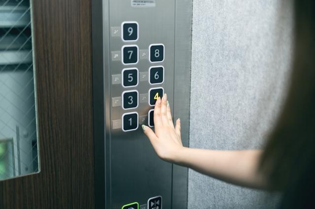 山里亮太さん「ありがとうのカツアゲ」 エレベーターを降りる時の