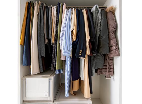 衣類を「丈と季節」の2段階で分けて。プロが教える「クローゼットの収納テクニック」