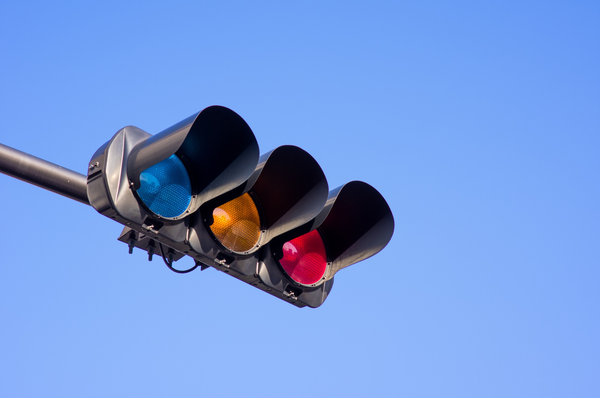信号の色が「赤青黄」になったワケ/身のまわりのモノの技術(9)【連載】