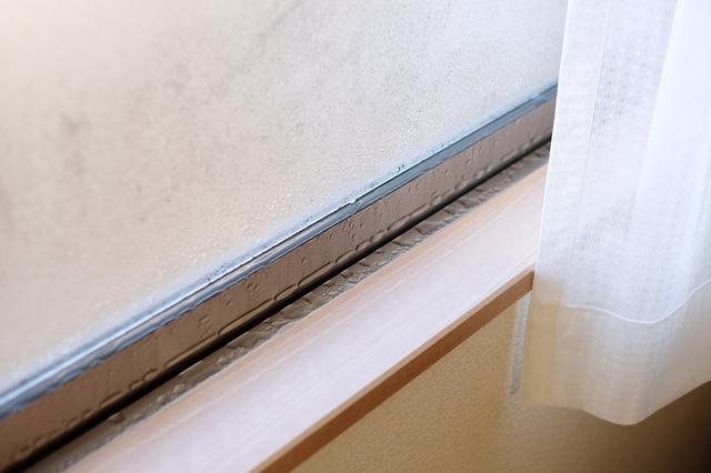 くもりやカビの原因に...悩ましい「窓の結露」はどう防いだらいいの?