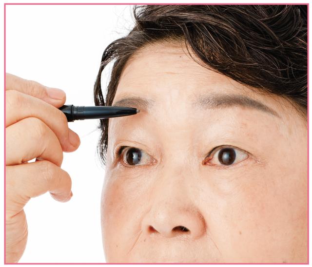 若い頃の眉の位置を再現!「眉(アイブロウ)」/シニア専門のプロが教える60歳からのメイク術