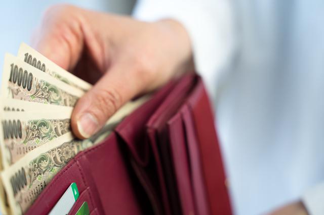 財布にどう入れればいいの? 開運寺の住職に聞いた「金運を上げるお札の入れ方」