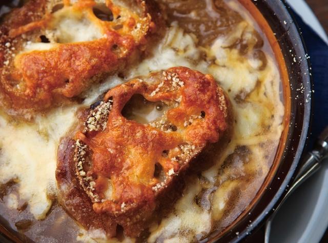 飴色たまねぎにチーズが絡む...パリのビストロの味!「オニオングラタンスープ」レシピ