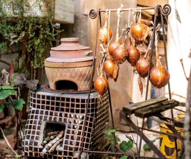 裏庭に玉ねぎと柿を干して。人気ガーデナーの「秋の終わりの景色」/暮らしの晴れ間