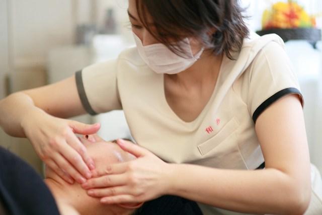 月1回のフェイシャルエステで肌を現状維持! 手で行うマッサージはリラックス効果も