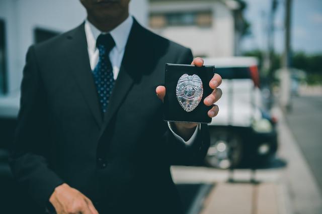 知らなきゃあなたもだまされる・・・詐欺師が警察のふりして「カードをだまし取る」テクニック