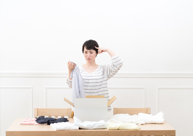 大昔の服でも捨てられない!悩みに悩んで選んだ捨て方は、シンプルなものでした/原田さよ