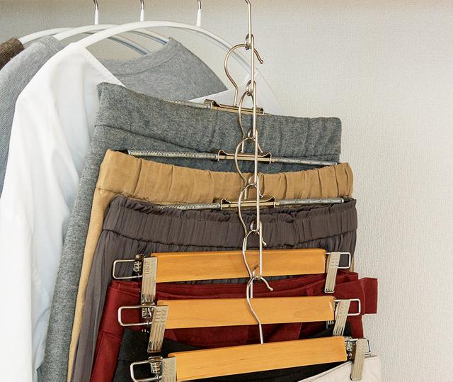 「100均グッズ」のつるしワザで衣類をすっきり見やすく! 簡単「クローゼット」の収納術