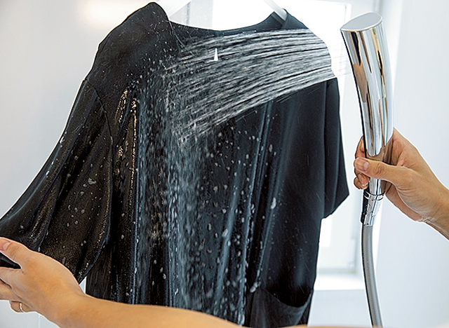 汗をかいたお出かけ着、どうしてる? 「浴室シャワー洗い」でまた着られます!