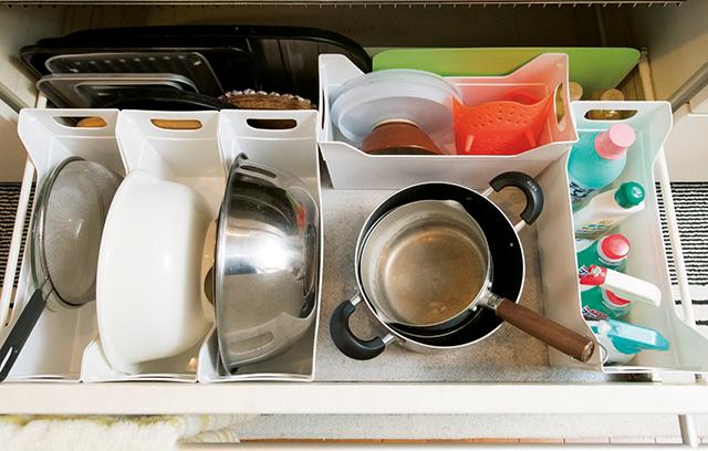 出し入れしにくいキッチンの「シンク下&調理台」...。捨てずにすっきり収納術で使い勝手が激変!
