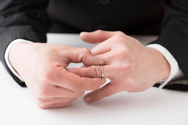 左手の薬指をついつい見ちゃうならご注意を。気遣いのある人がする「見ない・言わない・気づかない」